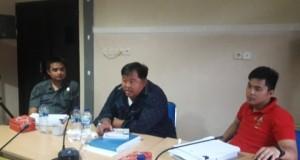 Ketua Pansus Denny Sompie dan Wakil Ketua Chris Yodi Longdong serta anggota Marssel.