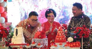 Gubernur Olly Dondokambey SE saat merayakan HUT ke-58 didampingi First Lady Sulut dan sang Putra Sulung, Senin (18/11/2019) malam