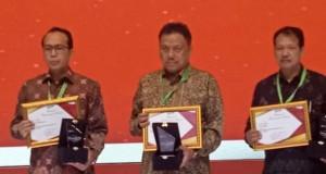 Gubernur Olly Dondokambey SE (tengah) menerima Penghargaan Nasional