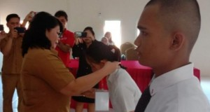 IR ERNY TUMUNDO MSI,  Kepala Dinas Tenaga Kerja dan Transmigrasi Daerah Provinsi Sulut saat mengagungkan tanda peserta seleksi kepada para peserta Calon Magang ke Jepang, Senin (16/12/2019)