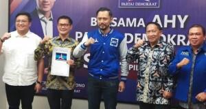 Ketua Umum partai Demokrat AHY bersama pasangan JG-KWL dan ketua DPD Sulut serta ketua DPC Minut saat menerima SK dukungan calon di Pilkada Minut.