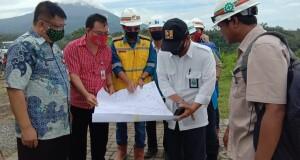Kadis Kebudayaan Daerah Provinsi Sulut Jenry Sualang SPd MAP (kemeja merah) dan Kepala BWSS 1, Ir Bastari M.Eng saat melihat gambar area Cagar Budaya Waruga Kuwil, Kamis (06/08/2020)