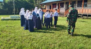 Pelajar SMPN 3 Pulau Hanaut tampak bersemangat mengikuti latihan PBB yang dibimbing anggota Kodim 1015/Spt yang tergabung dalam Satgas TMMD.