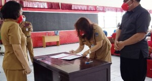 Disaksikan Kepala BKD Provinsi Sulut, Patricia Mawitjere menandatangani Berita Acara Sertijab Plt Kadis Kebudayaan Daerah Sulut, Selasa (09/02/2021)