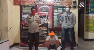 Tersangka bersama Kanit Reserse Bripka Ario Kader (kanan / baju Sweater) dan anggota Polsek Belang.