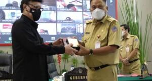 MenPAN-RB, Tjahjo Kumolo mendapat Cenderamata dari Pemprov Sulut yang diserahkan langsung Gubernur Olly Dondokambey SE, Senin (12/04/2021).