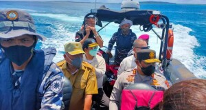 Gubernur Olly Dondokambey SE bersama Forkopimda Sulut didampingi Bupati Kepulauan Talaud dr Elly Lasut saat meninjau pelaksanaan vaksinasi massal Covid-19 di Pulau Kokorotan, Kecamatan Nanusa