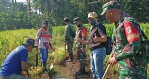 Tampak, Kumtua Eske Dendeng dengan Koramil Airmadidi bersama masyarakat melakukan pembersihan saluran air.