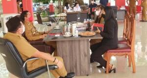 Tampak Kadis Pendidikan Olfy Kalengkongan didampingi Jane Sangian hendak memberikan laporan kepada Bupati dan Wakil Bupati di Pendopo.