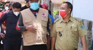 Kumtua Drs. Moses Corneles saat menerima kunjungan Gubernur Sulut dan Bupati Minut Joune Ganda saat meninjau Vaksinasi di Pulau Gangga belum lama ini.