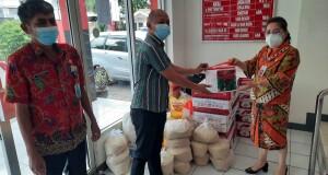 Kadis Sosial Daerah Provinsi Sulut, dr Rinny Tamuntuan menyerahkan secara simbolis bantuan Natura bagi JIPS, Kamis (05/08/2021).