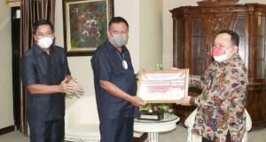 Gubernur Olly Dondokambey SE didampingi Wagub Drs Steven OE Kandouw, menerima penghargaan dari BPS Sulut di VIP DPRD Sulut, Kamis (19/07/2021)
