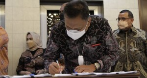 Gubernur Olly Dondokambey SE menandatangani PKS bersama 5 perwakilan Provinsi di Bina Graha KSP Jakarta, Selasa (14/09/2021).