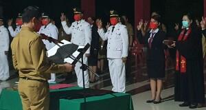 Tampak dr. Stella Safitri yang diambil sumpah janji dan jabatan oleh Bupati Joune Ganda bersama sejumlah pejabat lainnya.