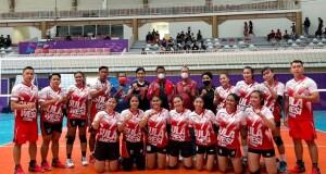 Tim Volly Putri Sulut bersama official dan pengurus PBVSI usai latihan jelang pertandingan.