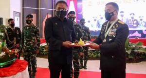 Gubernur Olly Dondokambey SE saat menerima makanan ringan dari Pangdam XIII/Merdeka, Selasa (05/10/2021)