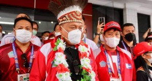 Gubernur Sulut Olly Dondokambey SE disambut Ketua Umum KONI Sulut, Drs Steven OE Kandouw saat tiba di Jayapura.