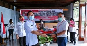 Walikota Tomohon menyerahkan ATK untuk kegiatan kepada salah satu peserta