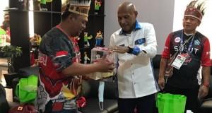 Ketua Forjubir Joel Polutu saat menerima cindera mata dari Walikota Jayapura.