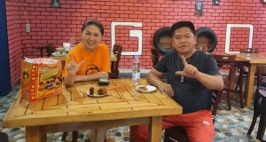 Ketua DPRD Minut Denny Lolong foto eksplor Likupang tampak bersama Owner Manokwari Bakery Debby Pangemanan.