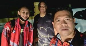 Ketua PBVSI Minut Denny Lolong yang juga Manager tim putri voli Sulut, foto bersama Pelatih WEG Jabar Risco Herlambang dan